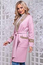 Кардиган-халат по колено с поясом и карманами, с длинными рукавами. Розовый