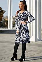 Женское платье по колено с широкой юбкой и длинными рукавами. Цветочный принт. Синее