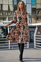 Женское платье по колено с широкой юбкой и длинными рукавами. Цветочный принт. Персиково-синее