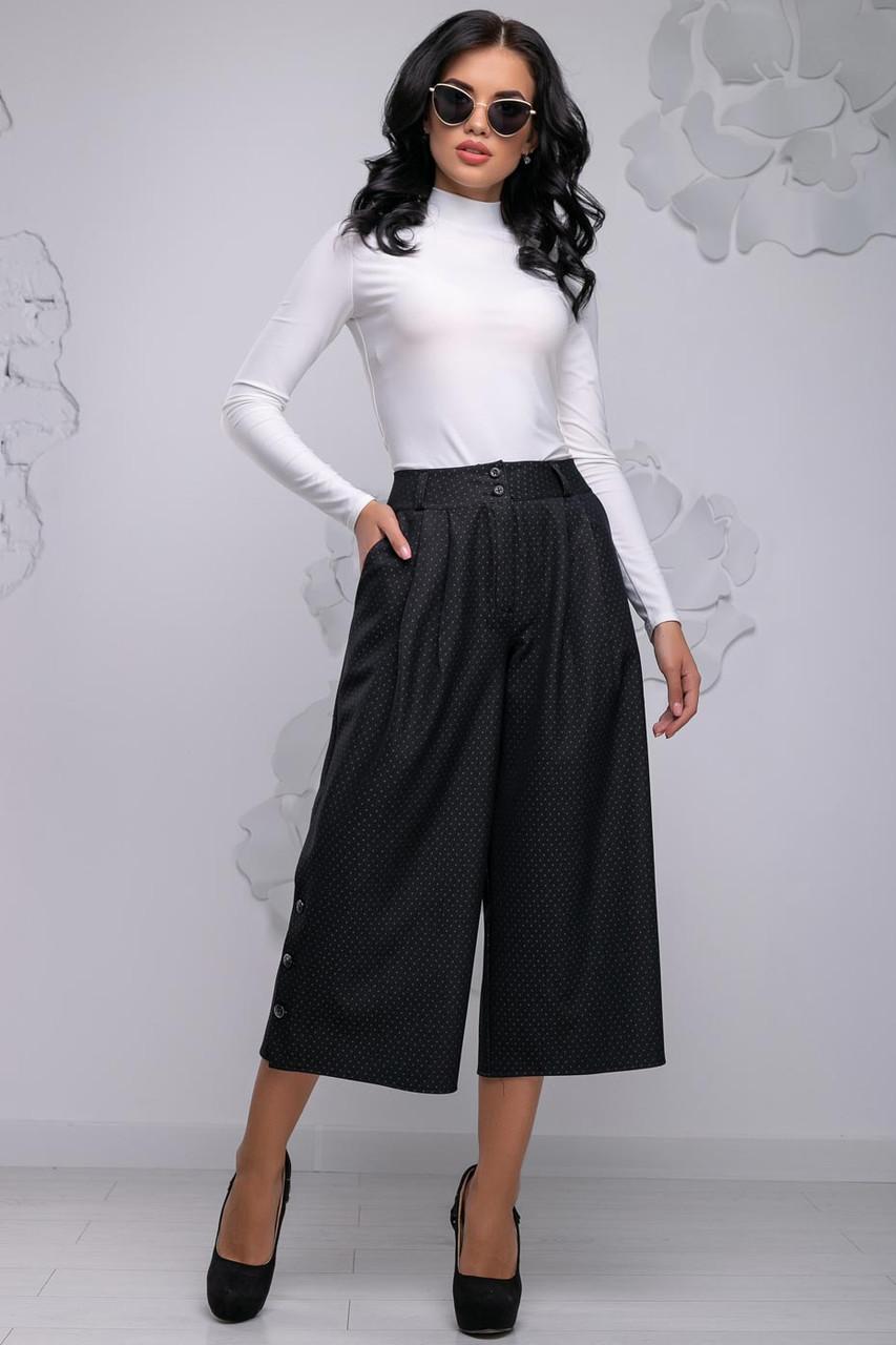 Женские брюки-кюлоты, широкие, короткие, ниже колена. На высокой талии с карманами. Черные в точечку
