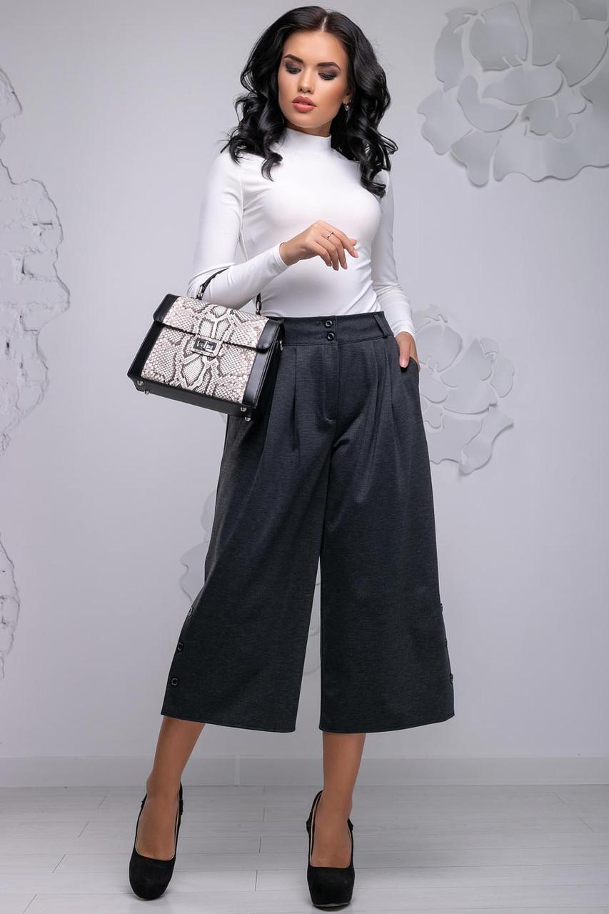 Жіночі брюки-кюлоти, широкі, короткі, нижче коліна. На високій талії з кишенями. Темно-сірі
