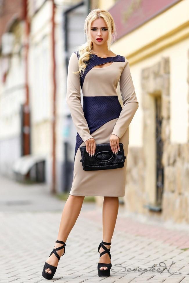 Трикотажное деловое платье по колено с длиныыми рукавами и разрезом на груди. Бежевый с синим