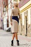 Трикотажное деловое платье по колено с длиныыми рукавами и разрезом на груди. Бежевый с синим, фото 2