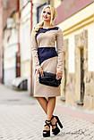 Трикотажное деловое платье по колено с длиныыми рукавами и разрезом на груди. Бежевый с синим, фото 4