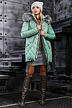 Женская зимняя куртка с карманами, вышивкой, капюшоном и заменителем меха чернобурки. Светло-зеленая
