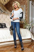 Женский свитшот с круглой низкой горловиной и черным кружевом. Трикотажная кофточка. Белая с голубым