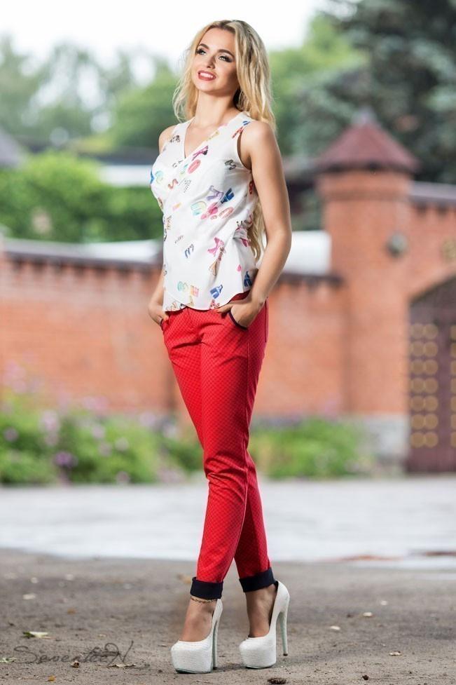 Женские брюки из летнего стрейч-катона, с подвернутым низом и карманами. Рисунок шахматка. Красные