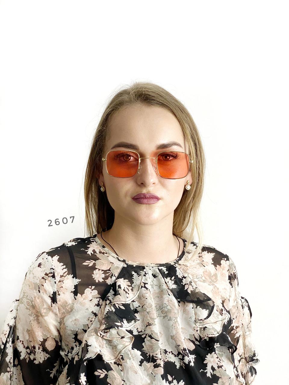 Красные очки в золотой оправе