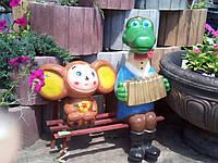 Крокодил Гена и чебурашка на скамейке