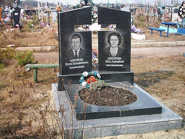 Двойной памятник с воздушным крестом Мемориальный одиночный комплекс из двух видов гранитов Хасавюрт