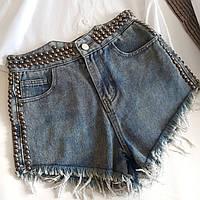 Короткие синие женские джинсовые шорты с заклепками и бахромой