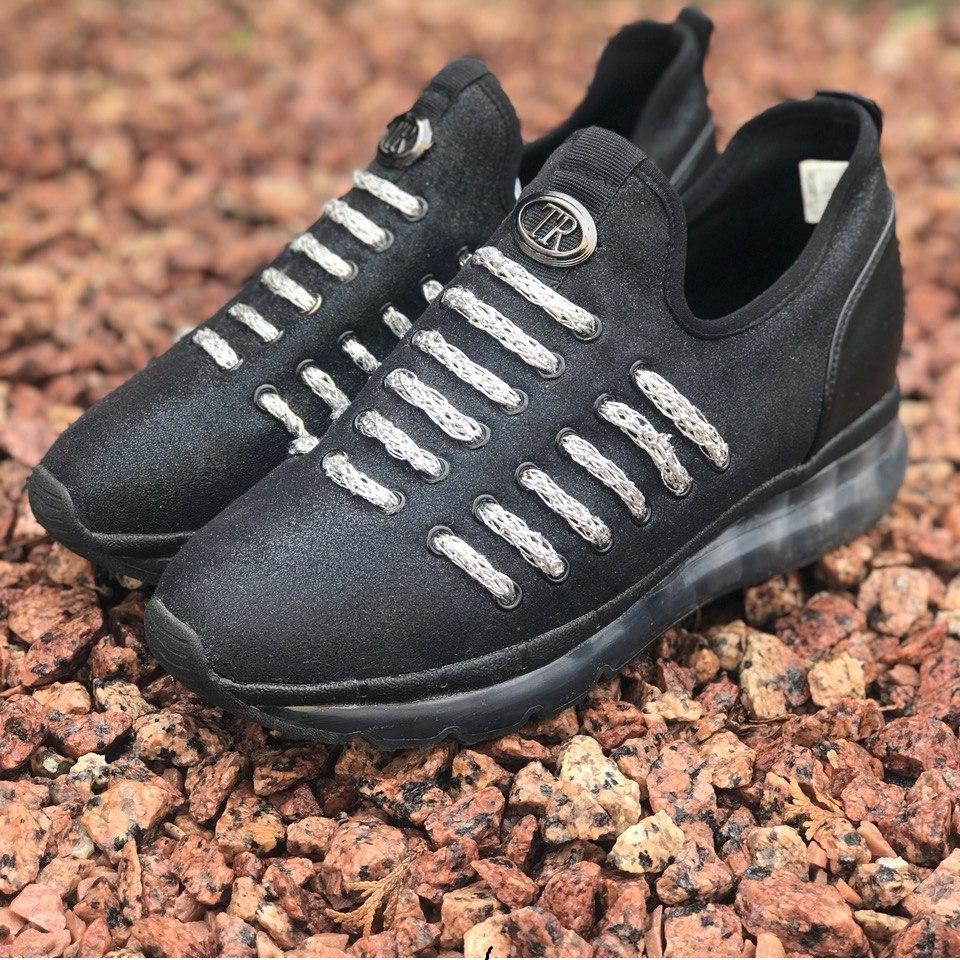Чёрные кроссовки с серебристыми ремешками, без шнурков