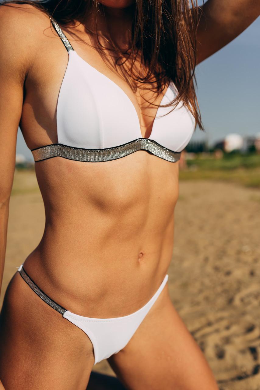 Сексуальный белый купальник с серебрянной полосой-резинкой размер S