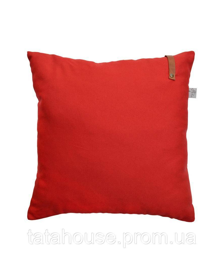 Красная декоративная подушка Scarlet с кожаным декором, 45х45 см