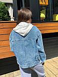 Женская джинсовая куртка / джинсовка с белым капюшоном свободного кроя, фото 2