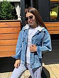 Женская джинсовая куртка / джинсовка с белым капюшоном свободного кроя, фото 4