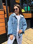 Женская джинсовая куртка / джинсовка с белым капюшоном свободного кроя, фото 7