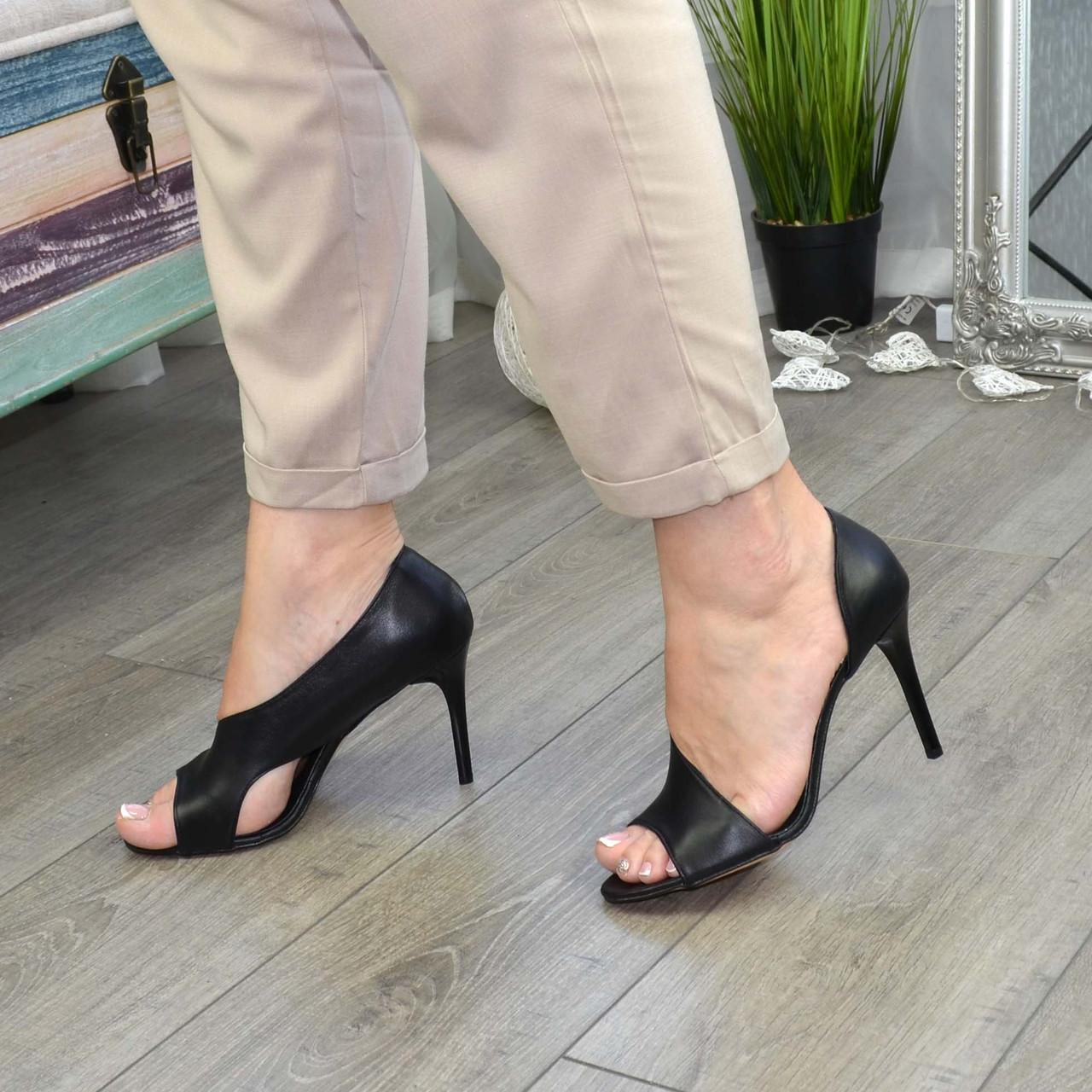 Босоножки женские кожаные на шпильке, цвет черный