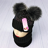 М 94065 Комплект для дівчинки шапка з двома помпонами,стразами і снуд , різні кольори, фото 3