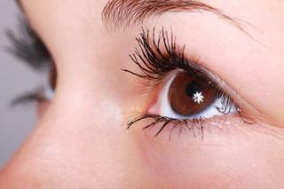 Облегчает симптомы сухости глаз и снимает дискомфорт