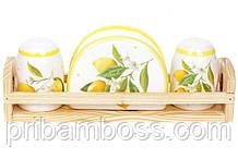 Набор для специй Сочные лимоны: солонка, перечиница и салфетница на деревянной подставке
