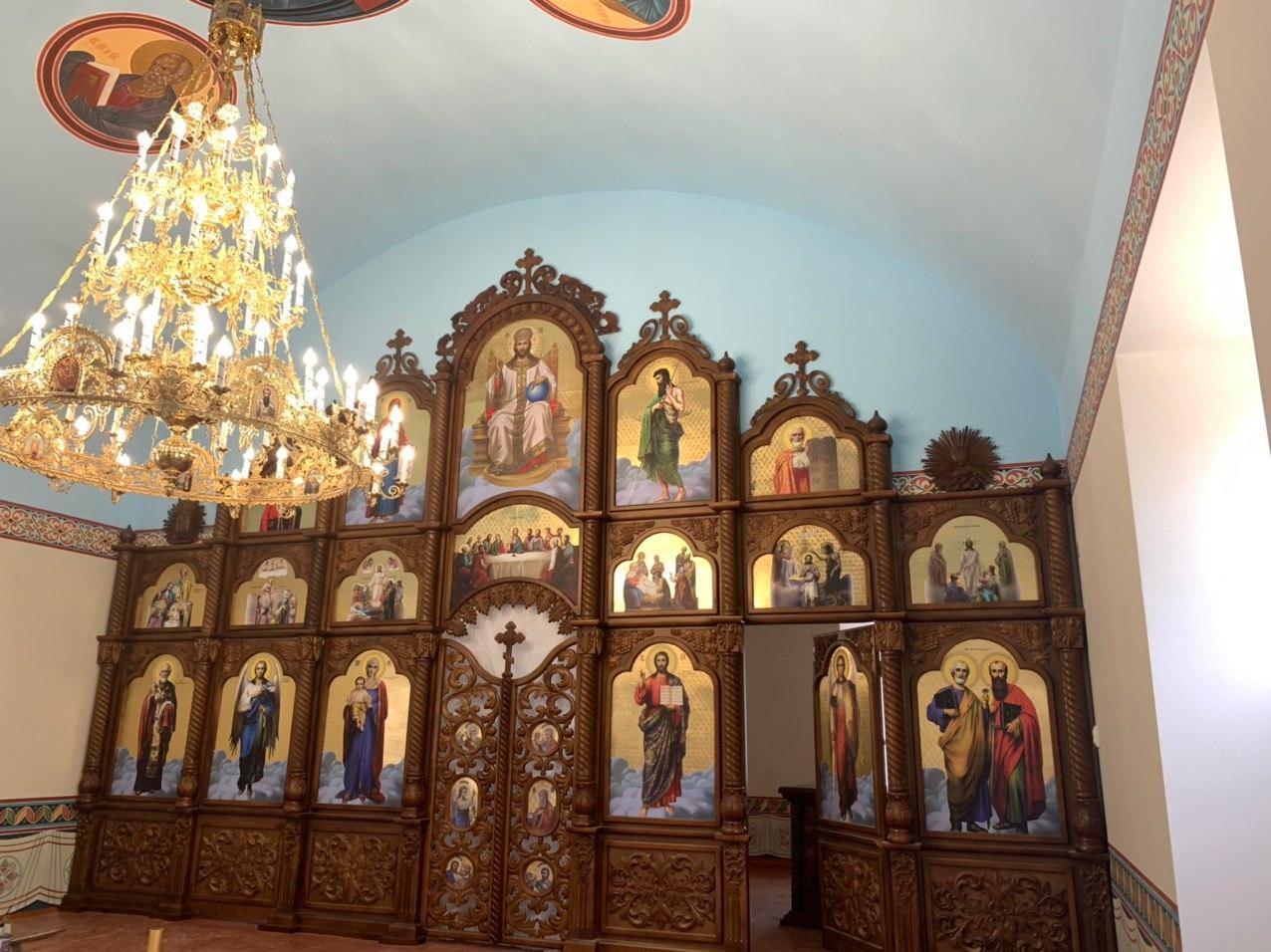 Иконостас резной из дерева, цвет под лак (установлен в Одесской области)
