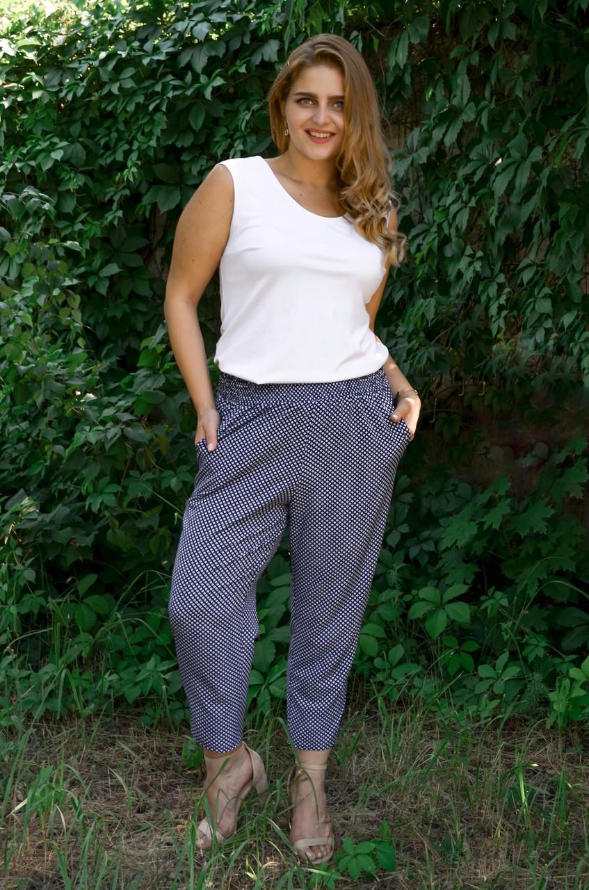 Миранда. Укороченные летние брюки женские больших размеров. Синий ромб.