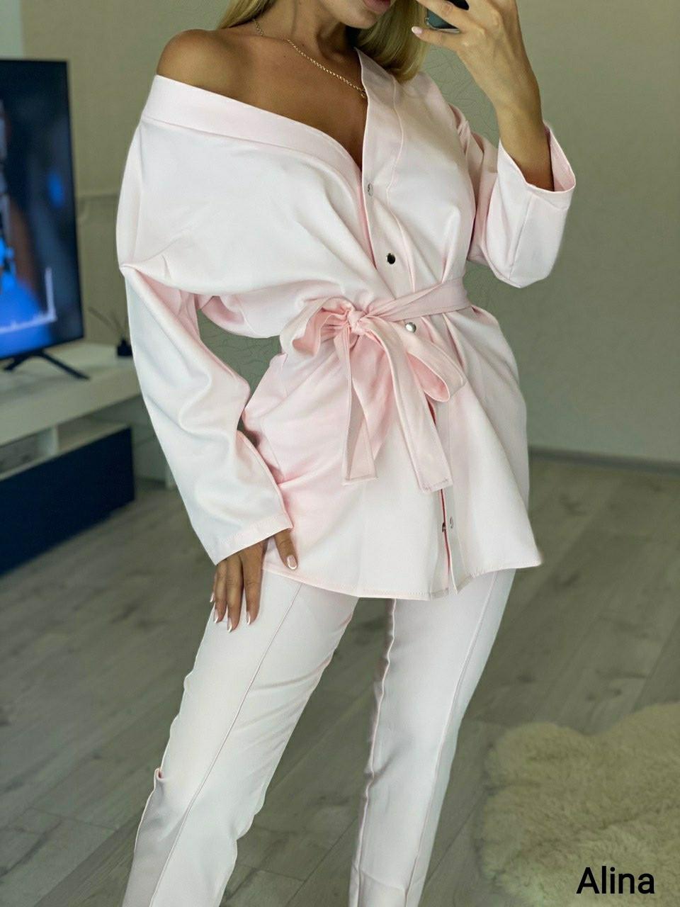 Женский брючный костюм двойка с удлиненной рубашкой под пояс 3810996