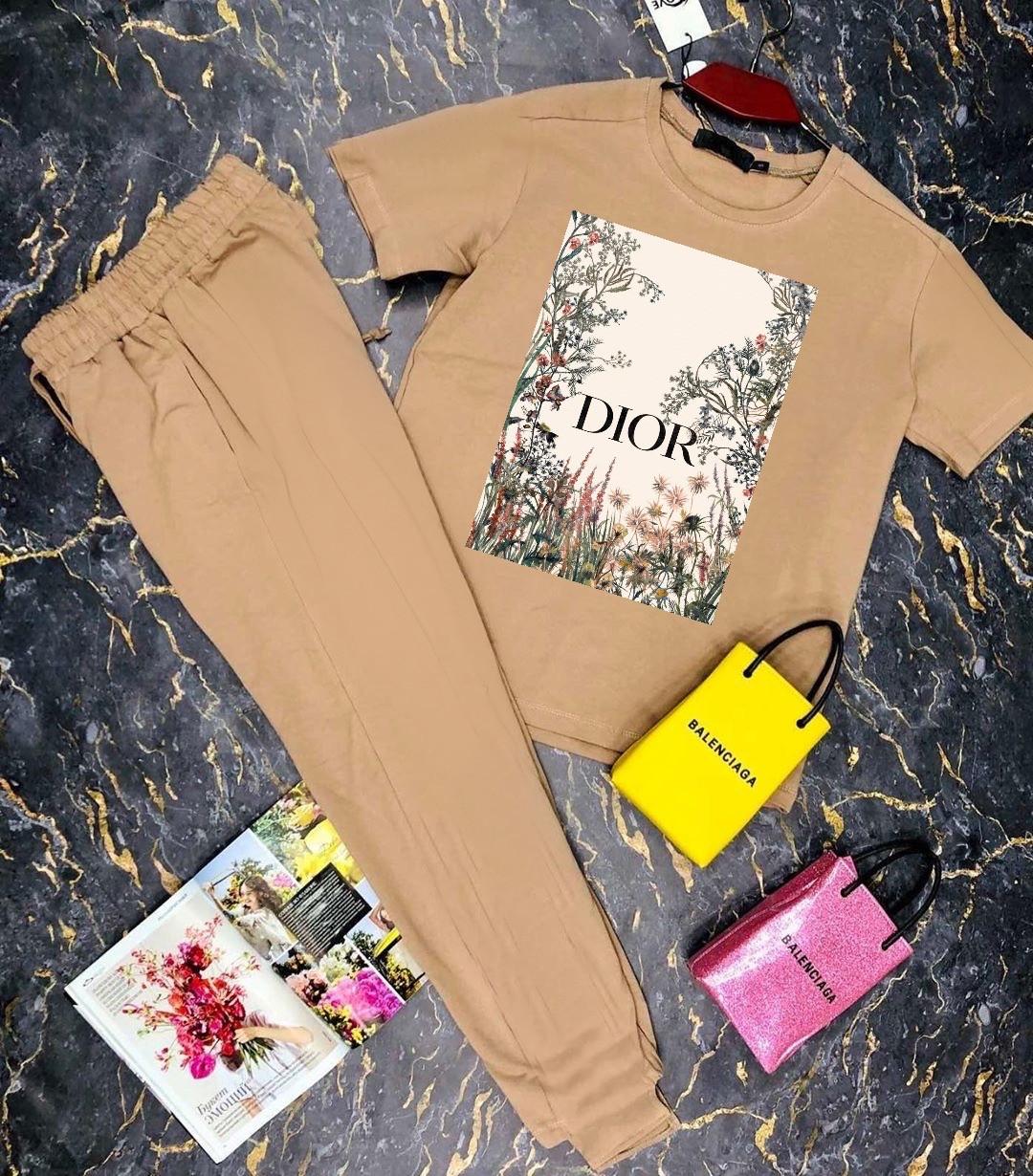 Брючный женский костюм двойка с зауженными штанами на манжетах и футболкой 27101009