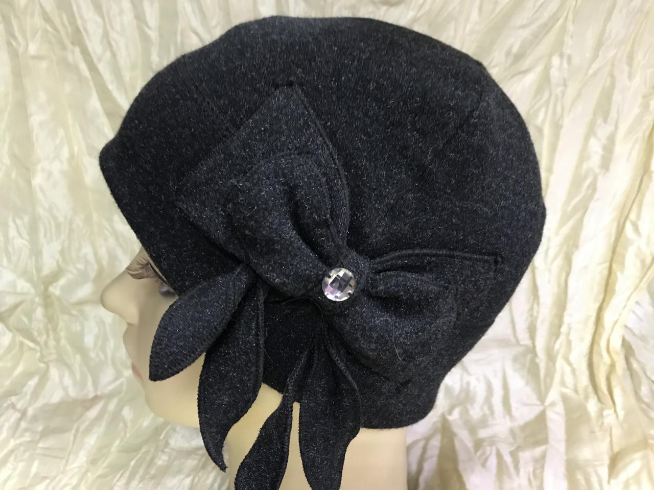Чёрная шапочка по голове с бантом