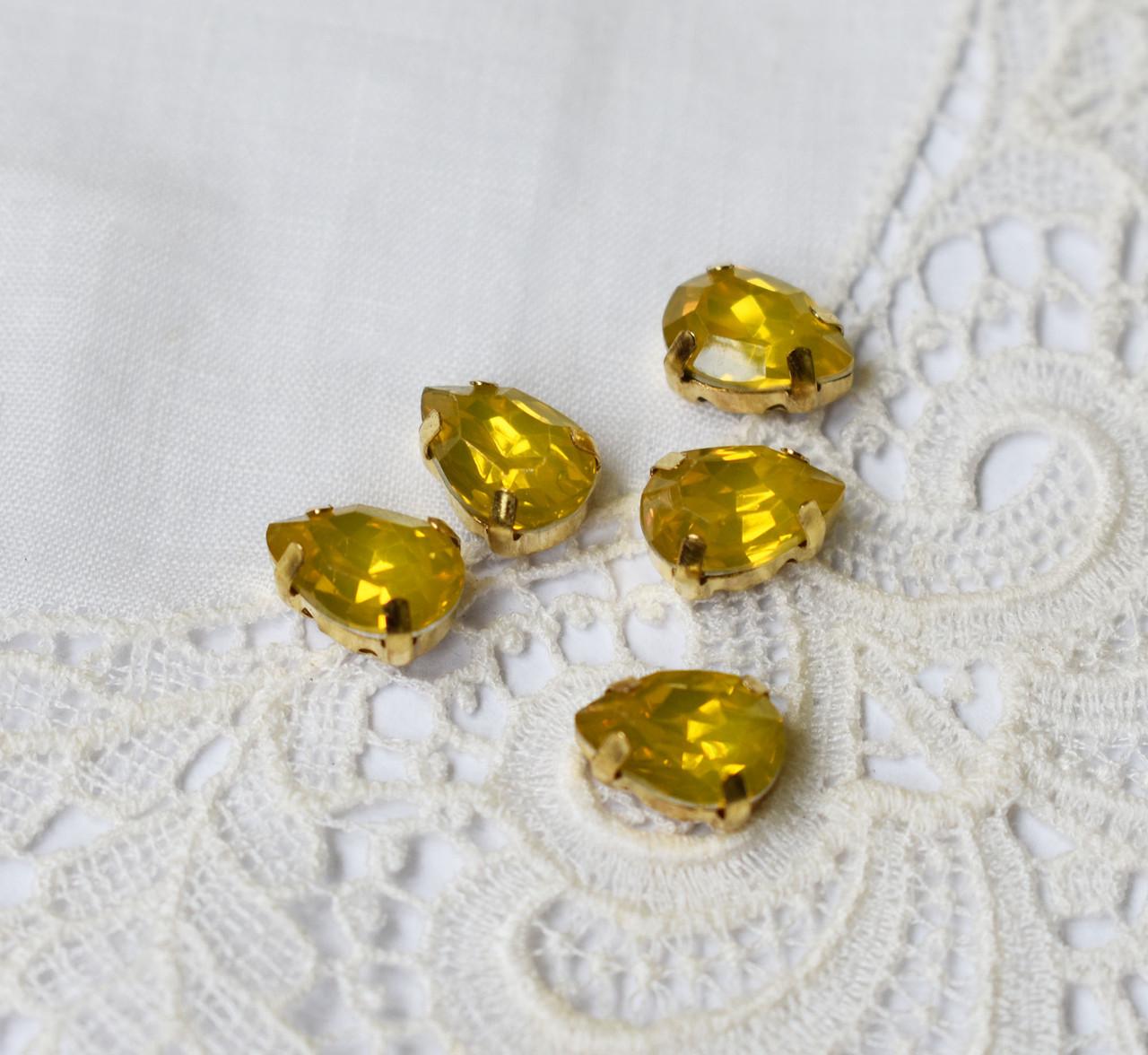 Стразы опаловые Капля 7х10мм, в пришивной оправе, желтые