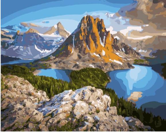 Озера у скал горы