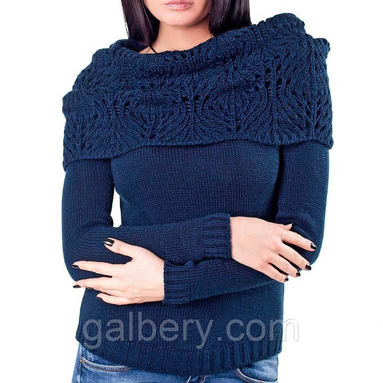 Вязаный женский свитер с ажурным воротом.