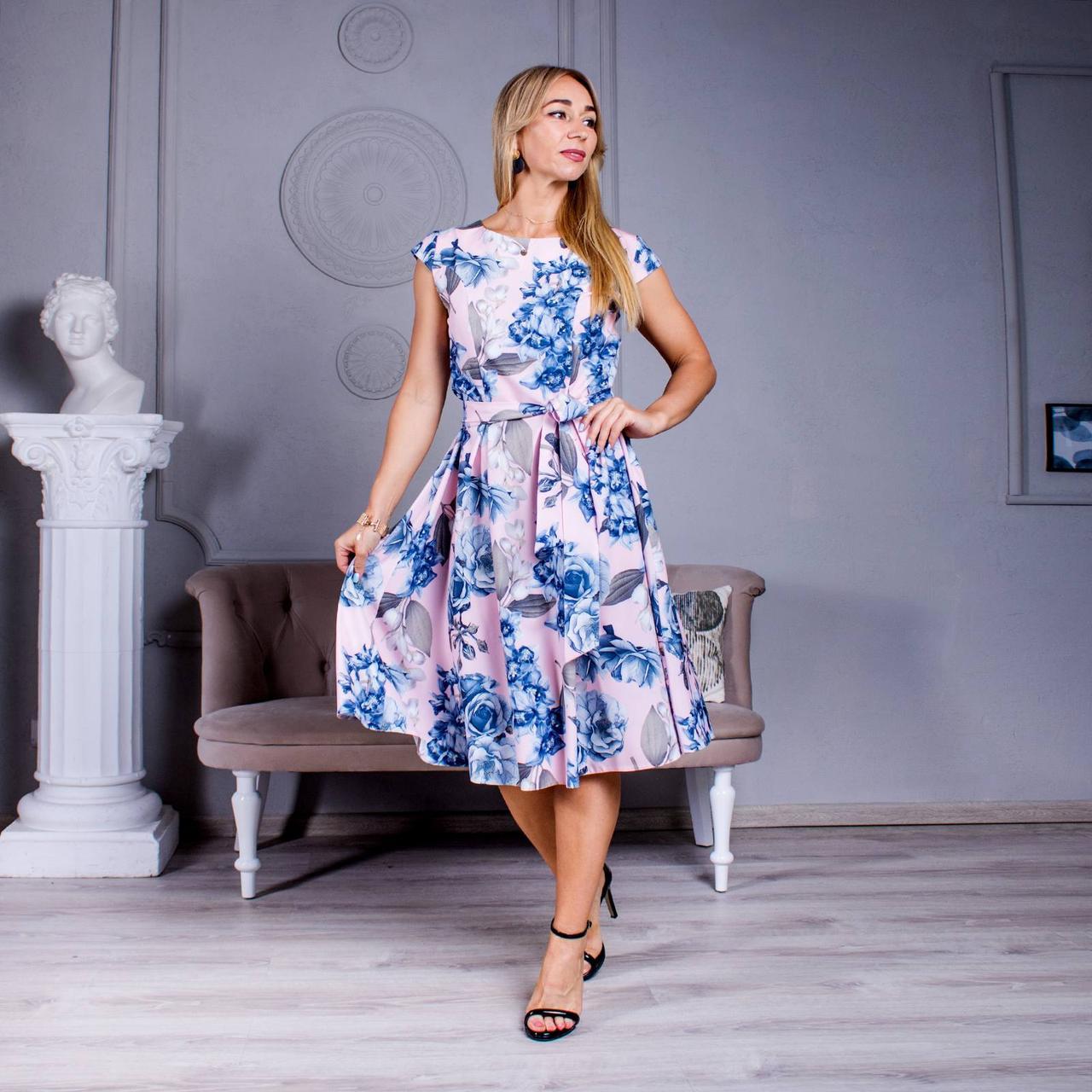 Летнее платье с ярким принтом