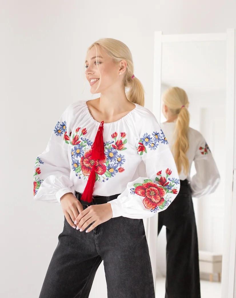 Молодежная женская вышиванка с мальвами, белого цвета