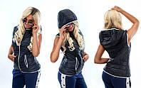 Женская приталенная жилетка с капюшоном