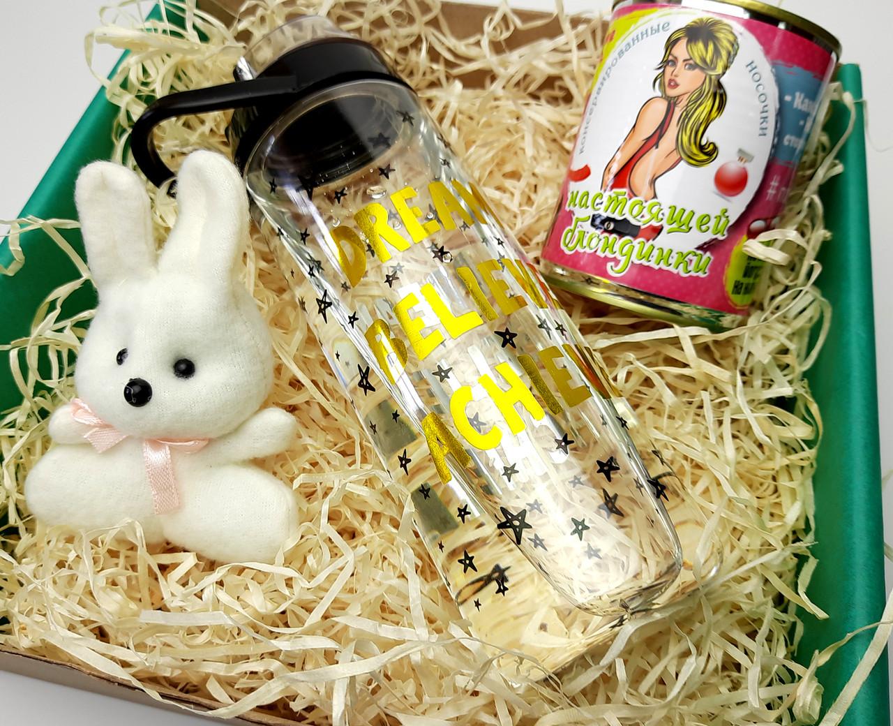 """Подарочный набор  """"Настоящей блондинке"""": бутылка для воды, консервированные носочки, игрушка зайчик-талисман"""