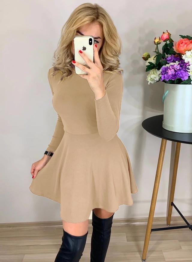 Расклешенное бежевое платье с высоким воротником 38