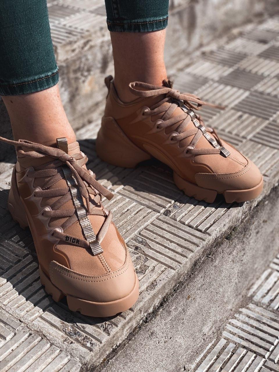 Женские кроссовки Dior бежевого цвета. Модные кроссовки женские Диор бежевые.