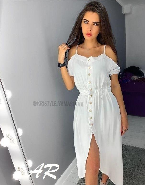 Летнее белое коттоновое платье с открытыми плечами и длиной миди 79031481