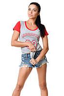 Женская молодежная хлопковая футболка с краснимы рукавами и окантовкой по линии выреза серая