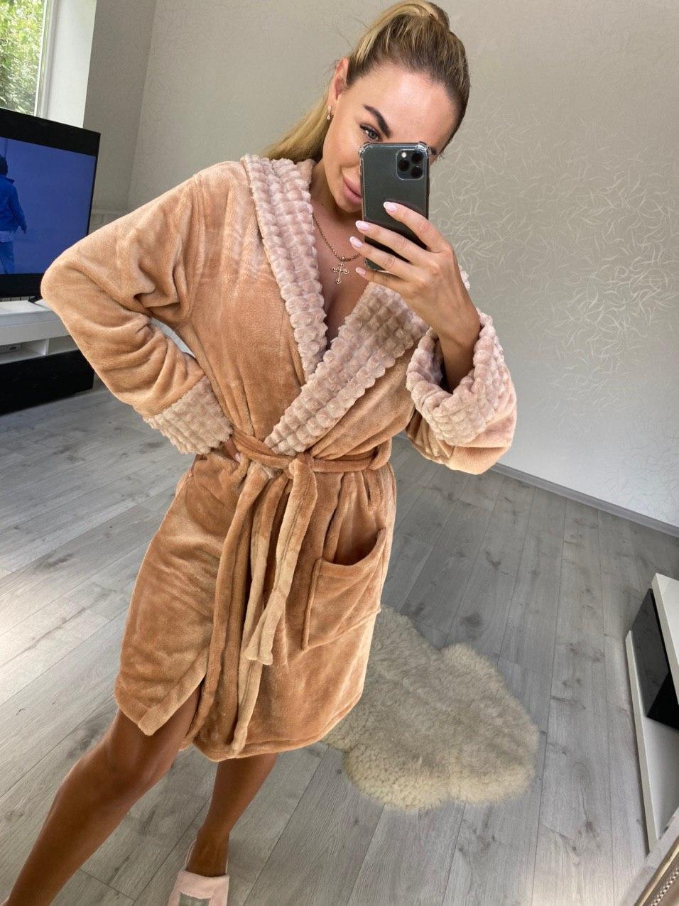 Стильный женский короткий махровый халат с капюшоном песочного цвета