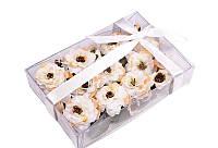 Набор бело-персиковых цветочков в коробочке