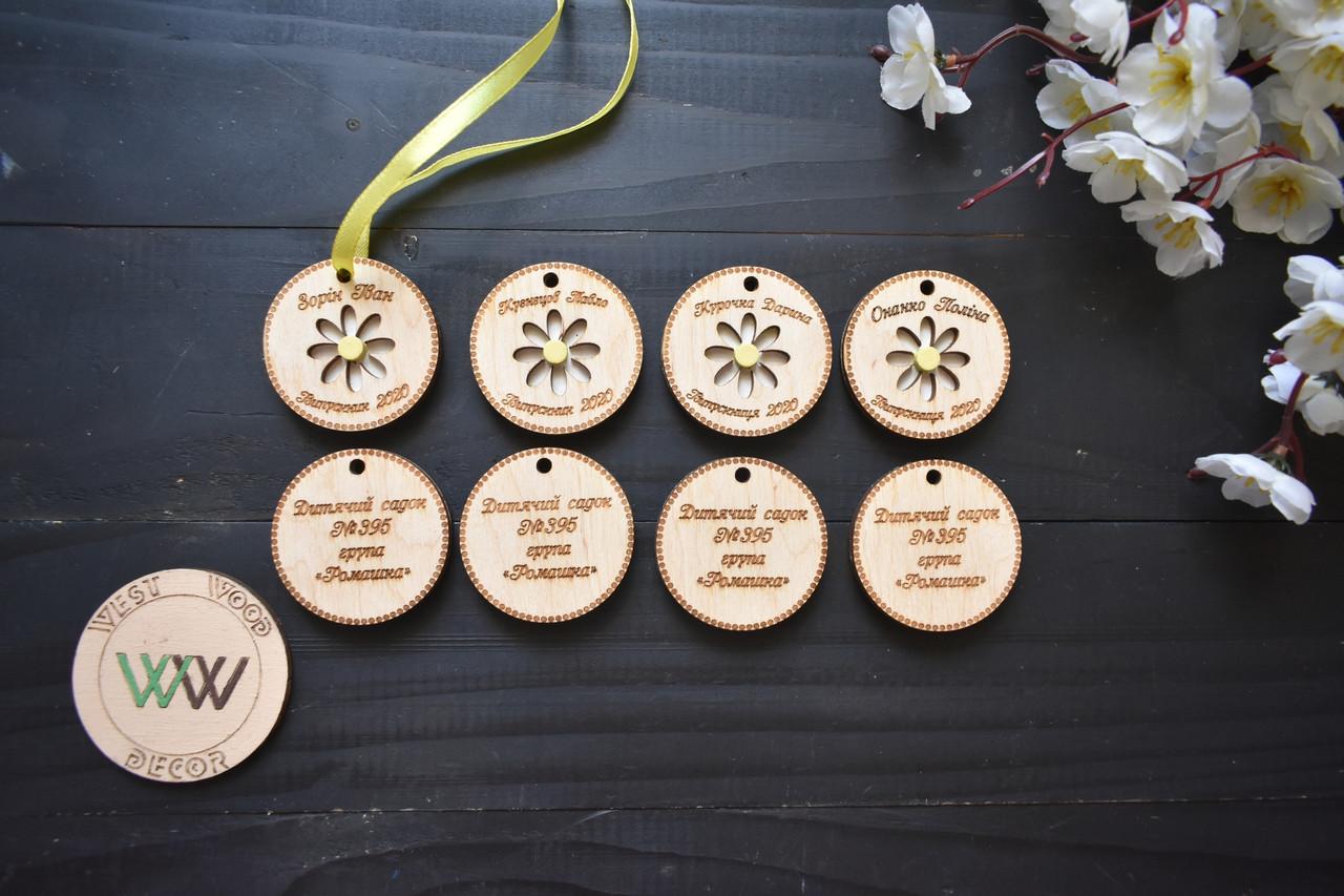 Двухсторонние именные медальки из фанеры для встречи выпускников с гравировкой