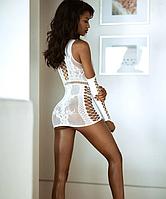 Полупрозрачное женское платье из мелкой сетки белое