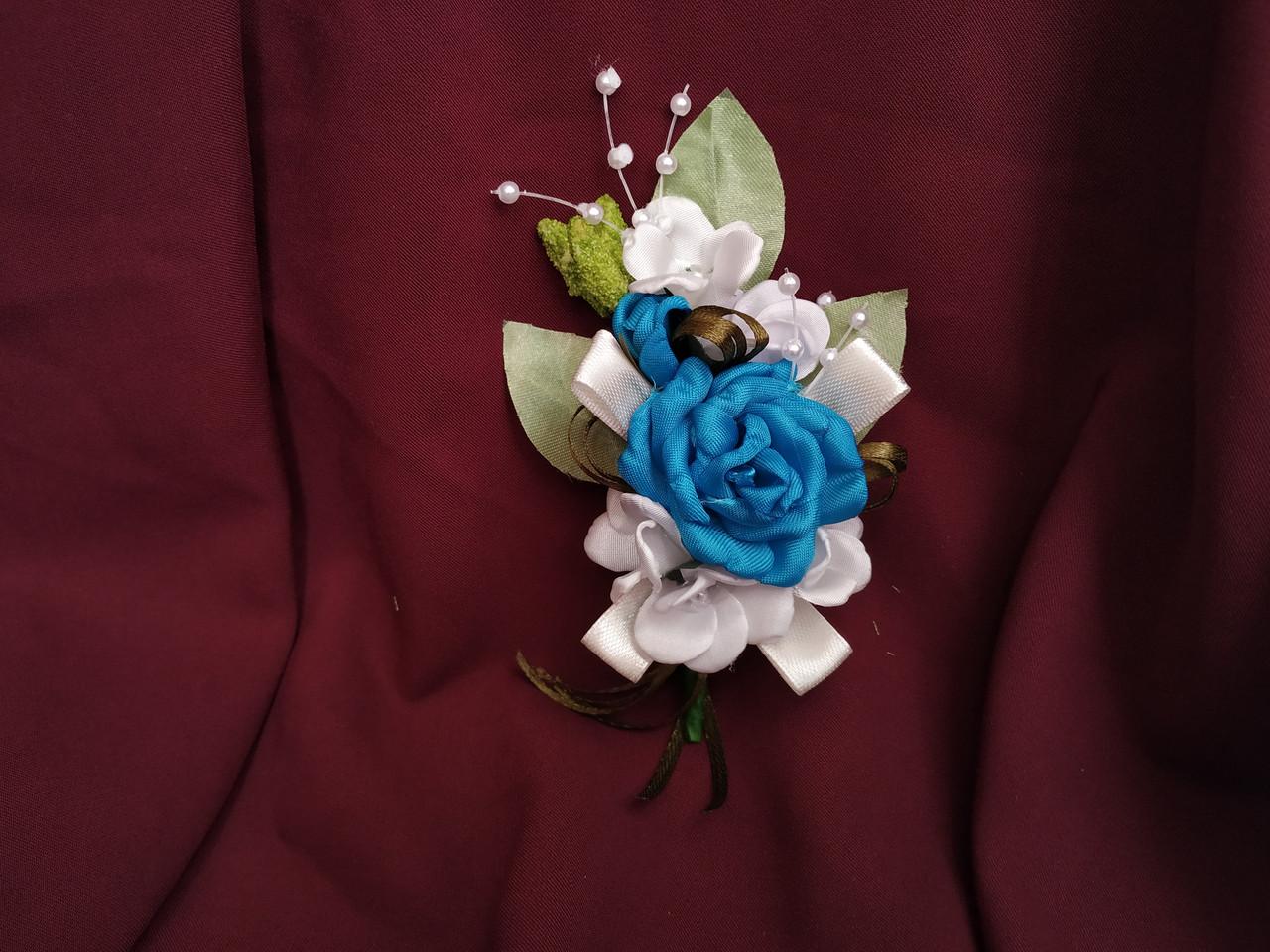 Свадебная бутоньерка ярко-голубая
