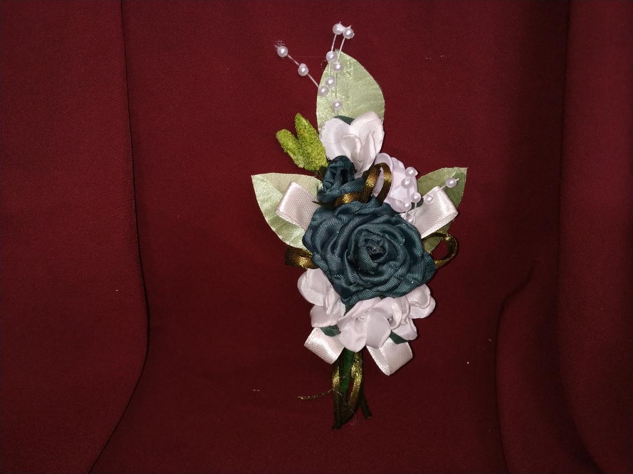 Весільна бутоньєрка темно-зелена