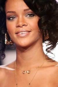 Rihanna в підвісці з наручниками