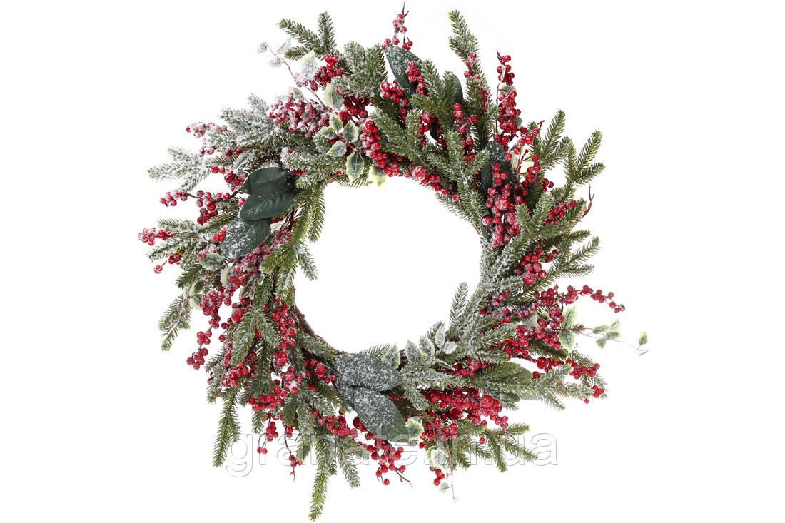 Новогодний венок из заснеженной хвои с декором из ягод и листьев 60см