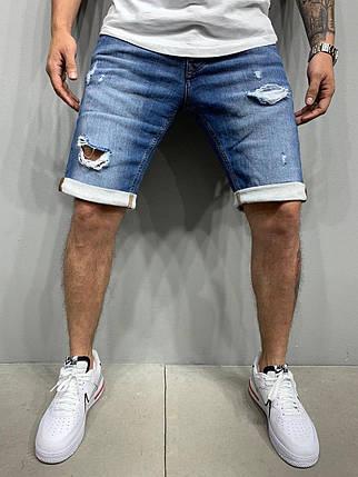 Чоловічі джинсові шорти сині рвані з підворотом, фото 2